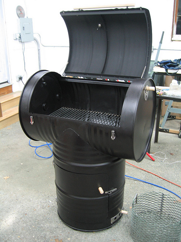 55 Gallon Drum BBQ Grill http://www.lexingtoncontainercompany.com/Barrel-Project-Photos.html